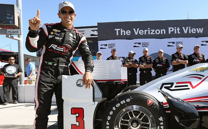 Castroneves breaks track record on way to winning Phoenix pole